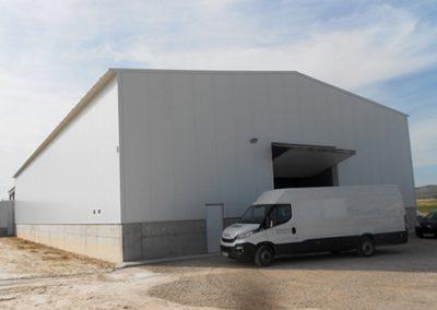 Nave de estructura metálica y cerramientos con puertas de acceso