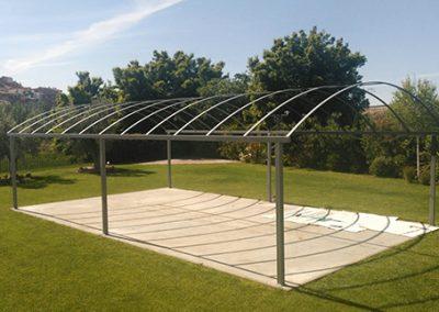 Estructura metálica sombra en jardin